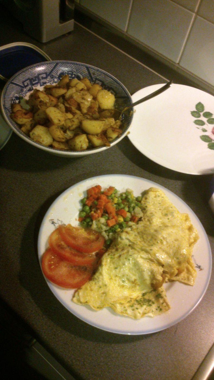 Bratkartoffeln, Quark, Eieromelette und Gemüse