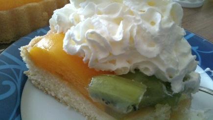 Kiwi Peach Cake With Cream