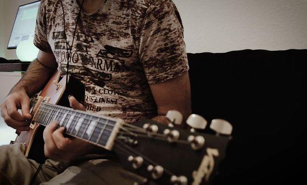 playing my lemon drop guitar